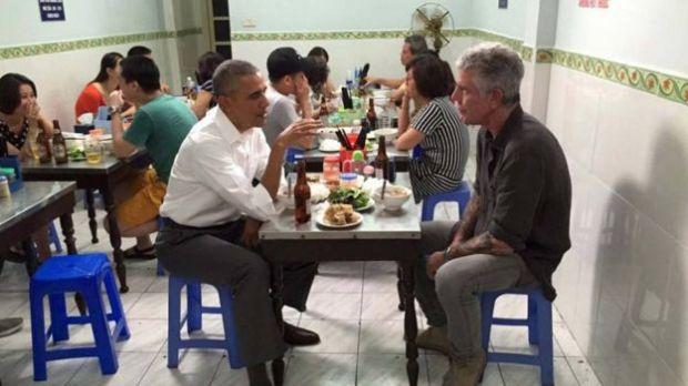 Obama iyo Bourdain Vietnam.jpg